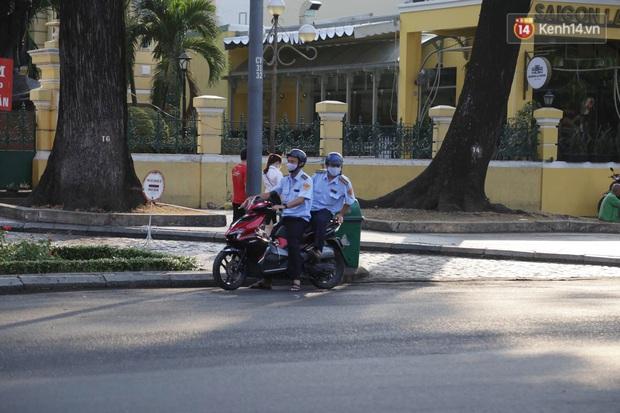 Hà Nội và Sài Gòn trong ngày đầu cách ly toàn xã hội: Nhiều tuyến phố vắng vẻ, chỉ người dân bắt buộc phải đi làm mới ra đường - Ảnh 4.