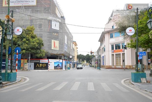 Hà Nội và Sài Gòn trong ngày đầu cách ly toàn xã hội: Nhiều tuyến phố vắng vẻ, chỉ người dân bắt buộc phải đi làm mới ra đường - Ảnh 17.