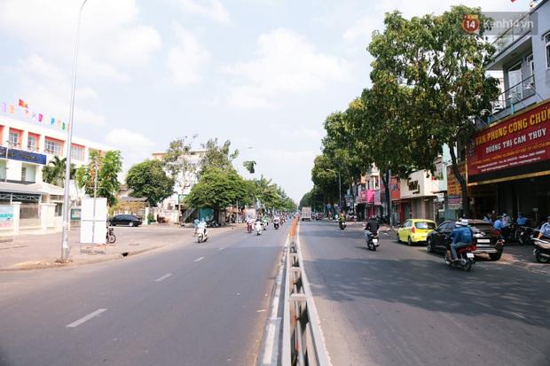 Hà Nội và Sài Gòn trong ngày đầu cách ly toàn xã hội: Nhiều tuyến phố vắng vẻ, chỉ người dân bắt buộc phải đi làm mới ra đường - Ảnh 13.