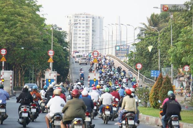 Hà Nội và Sài Gòn trong ngày đầu cách ly toàn xã hội: Nhiều tuyến phố vắng vẻ, chỉ người dân bắt buộc phải đi làm mới ra đường - Ảnh 12.