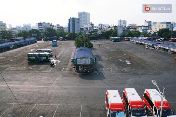 Hà Nội và Sài Gòn trong ngày đầu cách ly toàn xã hội: Nhiều tuyến phố vắng vẻ, chỉ người dân bắt buộc phải đi làm mới ra đường - Ảnh 10.