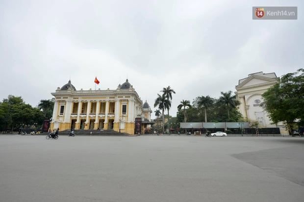 Hà Nội và Sài Gòn trong ngày đầu cách ly toàn xã hội: Nhiều tuyến phố vắng vẻ, chỉ người dân bắt buộc phải đi làm mới ra đường - Ảnh 16.