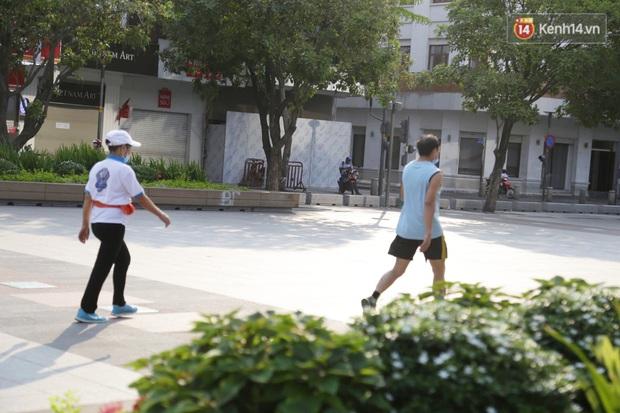 Hà Nội và Sài Gòn trong ngày đầu cách ly toàn xã hội: Nhiều tuyến phố vắng vẻ, chỉ người dân bắt buộc phải đi làm mới ra đường - Ảnh 6.