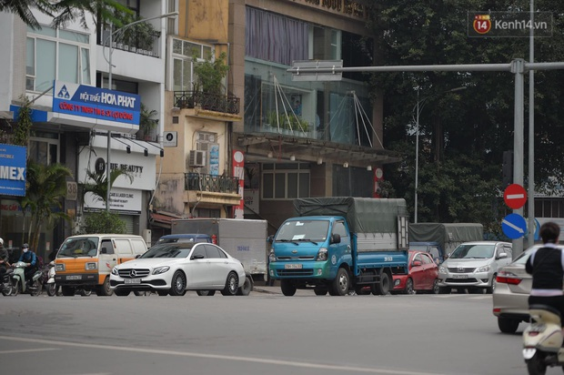 Hà Nội và Sài Gòn trong ngày đầu cách ly toàn xã hội: Nhiều tuyến phố vắng vẻ, chỉ người dân bắt buộc phải đi làm mới ra đường - Ảnh 21.