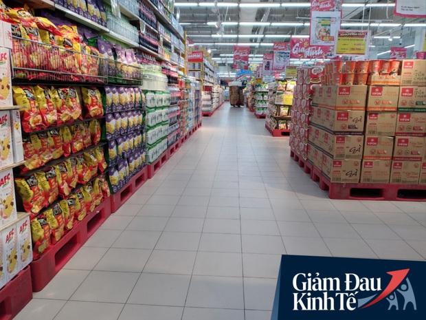Siêu thị ở Hà Nội vắng người mua ngày đầu cách ly toàn xã hội, áp dụng dựng vách ngăn, dán miếng giữ khoảng cách tránh lây nhiễm Covid-19 - Ảnh 1.