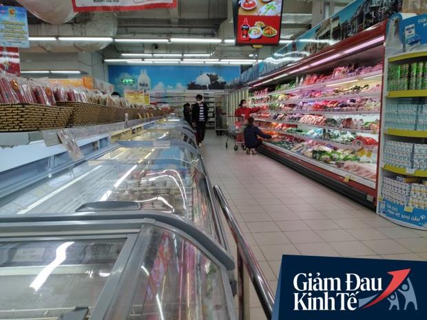 Siêu thị ở Hà Nội vắng người mua ngày đầu cách ly toàn xã hội, áp dụng dựng vách ngăn, dán miếng giữ khoảng cách tránh lây nhiễm Covid-19 - Ảnh 7.