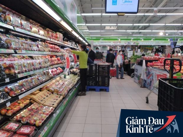 Siêu thị ở Hà Nội vắng người mua ngày đầu cách ly toàn xã hội, áp dụng dựng vách ngăn, dán miếng giữ khoảng cách tránh lây nhiễm Covid-19 - Ảnh 4.