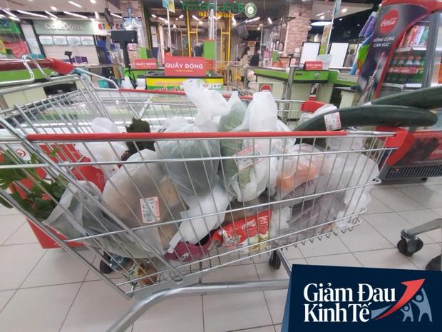 Siêu thị ở Hà Nội vắng người mua ngày đầu cách ly toàn xã hội, áp dụng dựng vách ngăn, dán miếng giữ khoảng cách tránh lây nhiễm Covid-19 - Ảnh 8.