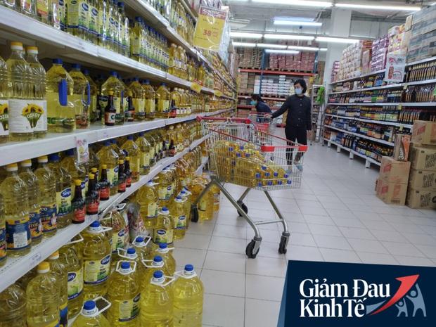 Siêu thị ở Hà Nội vắng người mua ngày đầu cách ly toàn xã hội, áp dụng dựng vách ngăn, dán miếng giữ khoảng cách tránh lây nhiễm Covid-19 - Ảnh 6.