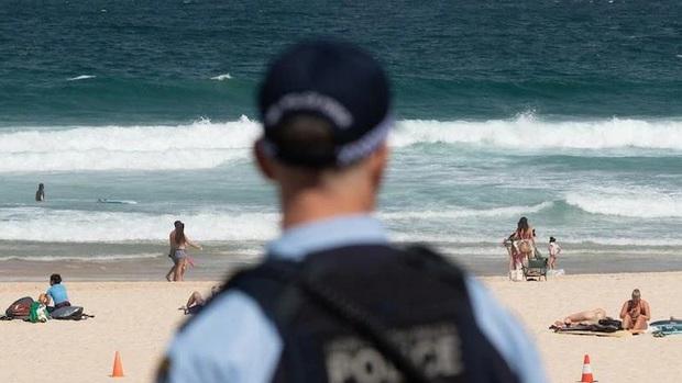 Bị yêu cầu rời khỏi bãi biển đang đóng cửa vì đại dịch Covid-19, người đàn ông Úc tấn công và nhổ nước bọt lên người cảnh sát - Ảnh 1.