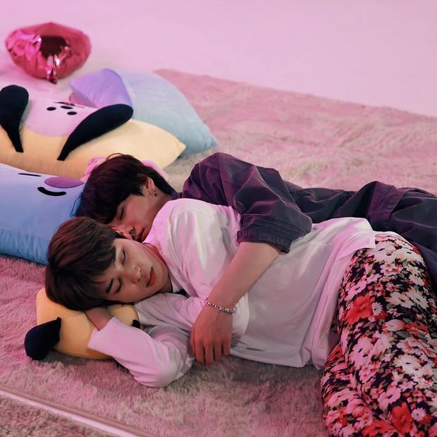 Jimin - Jungkook (BTS) leo lên top trend nhờ cảnh giường chiếu ngay trên show thực tế - Ảnh 1.
