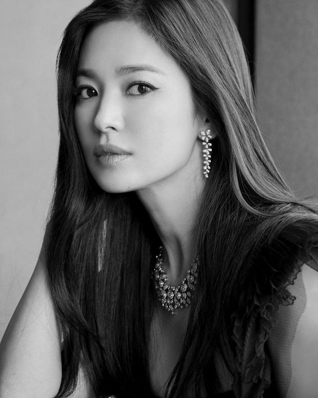 Song Hye Kyo và loạt sao Hàn sập bẫy trò đùa Cá tháng Tư của IU, khả năng diễn xuất của bố ngồi bên cạnh gây choáng - Ảnh 8.