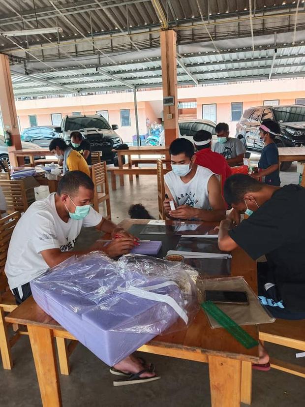 Vừa hết hạn cách ly, đội bóng Thai League tri ân các bác sĩ bằng món quà handmade cực độc đầy hữu ích và ý nghĩa - Ảnh 1.