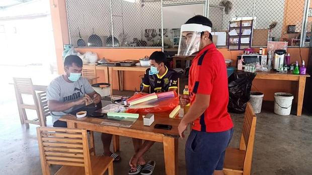 Vừa hết hạn cách ly, đội bóng Thai League tri ân các bác sĩ bằng món quà handmade cực độc đầy hữu ích và ý nghĩa - Ảnh 2.