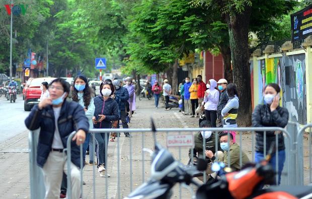 Người dân đổ về, các khu vực test nhanh Covid-19 ở Hà Nội tăng đột biến - Ảnh 1.