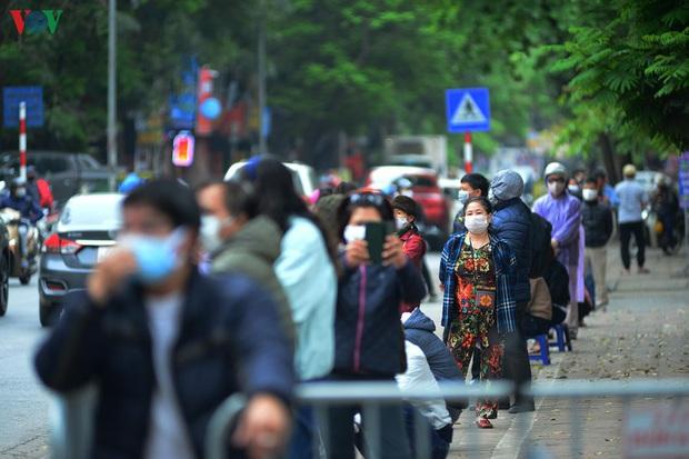 Người dân đổ về, các khu vực test nhanh Covid-19 ở Hà Nội tăng đột biến - Ảnh 2.