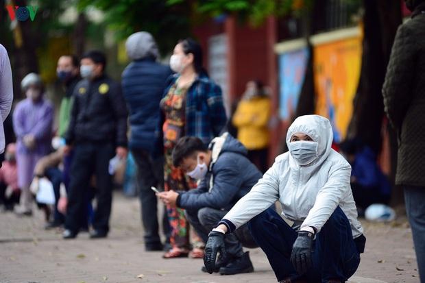 Người dân đổ về, các khu vực test nhanh Covid-19 ở Hà Nội tăng đột biến - Ảnh 3.