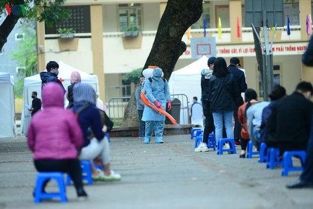 Người dân đổ về, các khu vực test nhanh Covid-19 ở Hà Nội tăng đột biến - Ảnh 6.