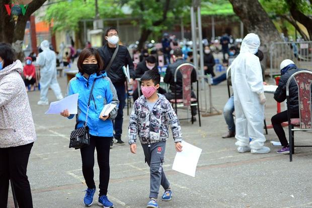 Người dân đổ về, các khu vực test nhanh Covid-19 ở Hà Nội tăng đột biến - Ảnh 7.