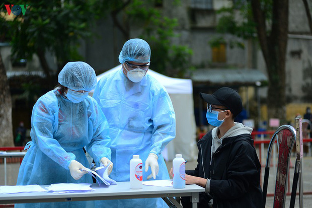 Người dân đổ về, các khu vực test nhanh Covid-19 ở Hà Nội tăng đột biến - Ảnh 8.