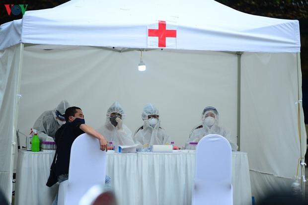 Người dân đổ về, các khu vực test nhanh Covid-19 ở Hà Nội tăng đột biến - Ảnh 9.