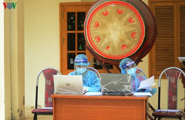 Người dân đổ về, các khu vực test nhanh Covid-19 ở Hà Nội tăng đột biến - Ảnh 16.