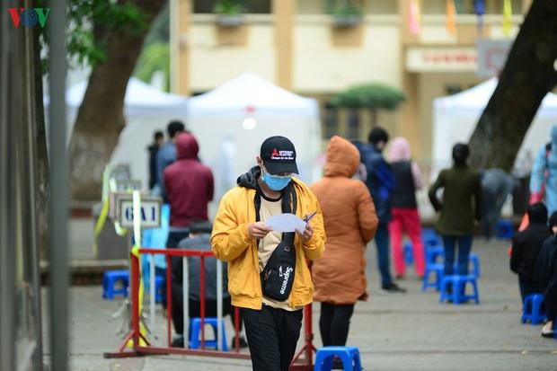 Người dân đổ về, các khu vực test nhanh Covid-19 ở Hà Nội tăng đột biến - Ảnh 17.