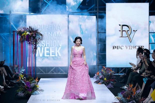 Bộ váy Mai Phương diện trong lần hiếm hoi diễn catwalk được bán đấu giá để hỗ trợ con gái cô - Ảnh 1.