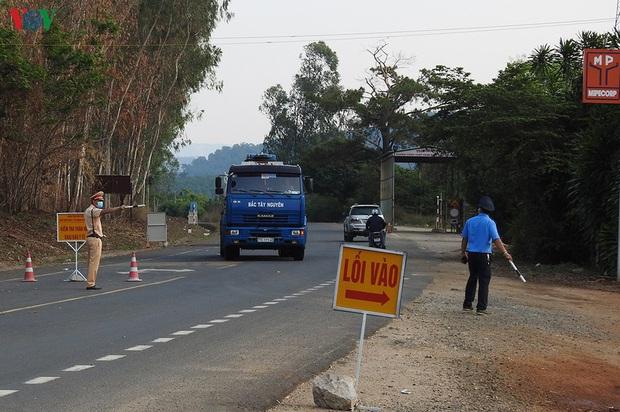 Cướp ô tô, đánh cảnh sát để chạy trốn chốt kiểm tra y tế phòng dịch - Ảnh 1.