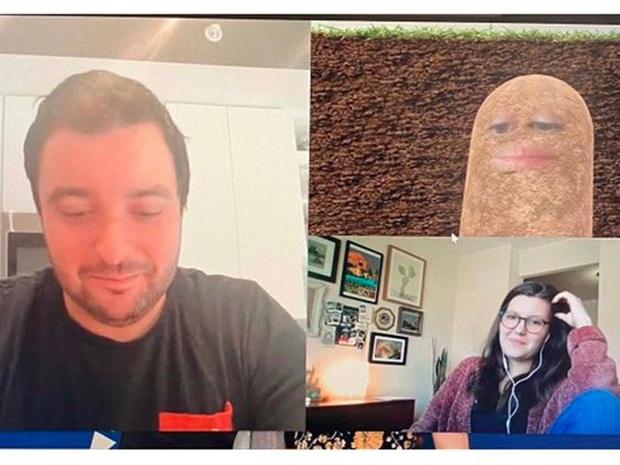 Cười vỡ bụng với cô sếp tự biến mình thành củ khoai tây suốt buổi họp vì... không biết bật tắt filter trong Zoom - Ảnh 1.
