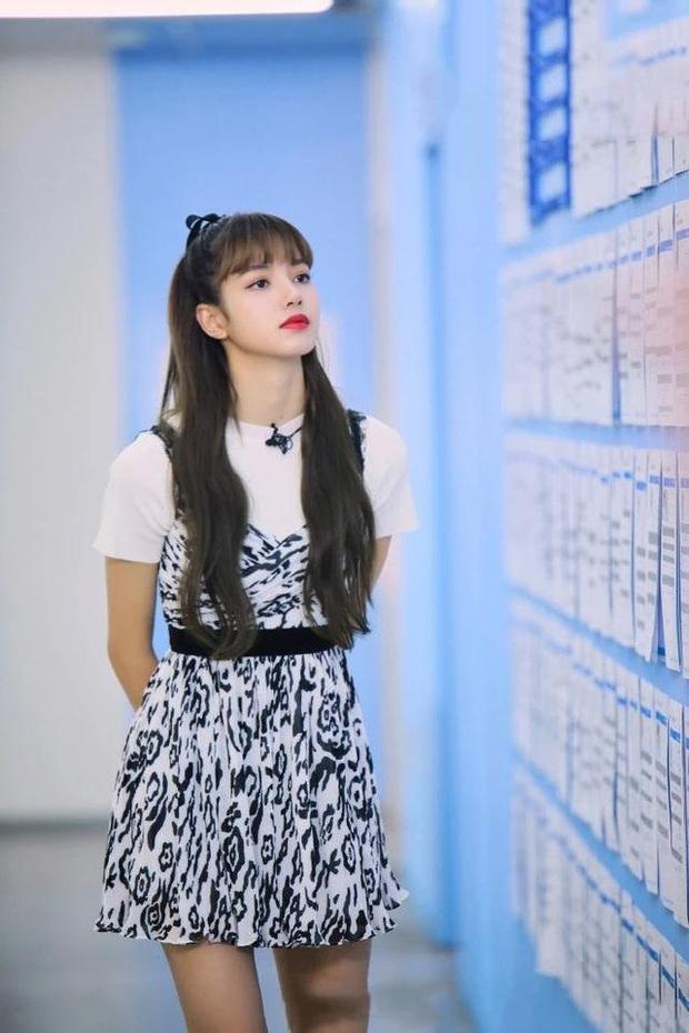 5 tạo hình gây bão của Lisa tại show xứ Trung: Lột xác ngoạn mục, từ tóc thẳng dịu dàng đến xoăn nhẹ, lần rẽ mái là bùng nổ nhất - Ảnh 3.