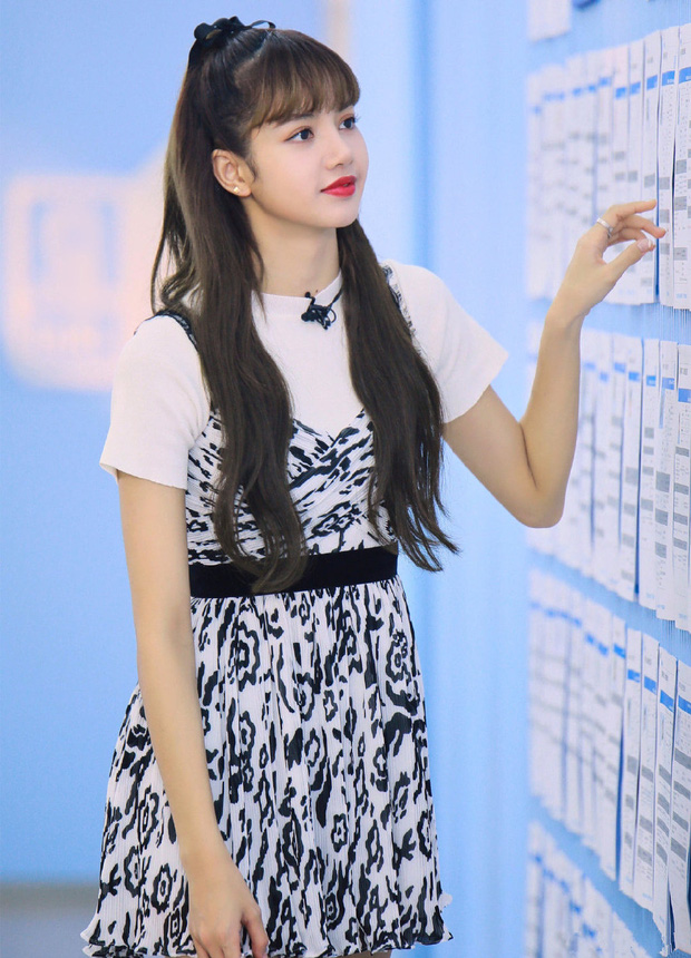 5 tạo hình gây bão của Lisa tại show xứ Trung: Lột xác ngoạn mục, từ tóc thẳng dịu dàng đến xoăn nhẹ, lần rẽ mái là bùng nổ nhất - Ảnh 2.