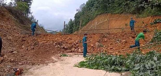 Quảng Ninh đổ đất, cẩu bê tông chặn đường kiểm soát người để phòng dịch COVID-19 - Ảnh 1.