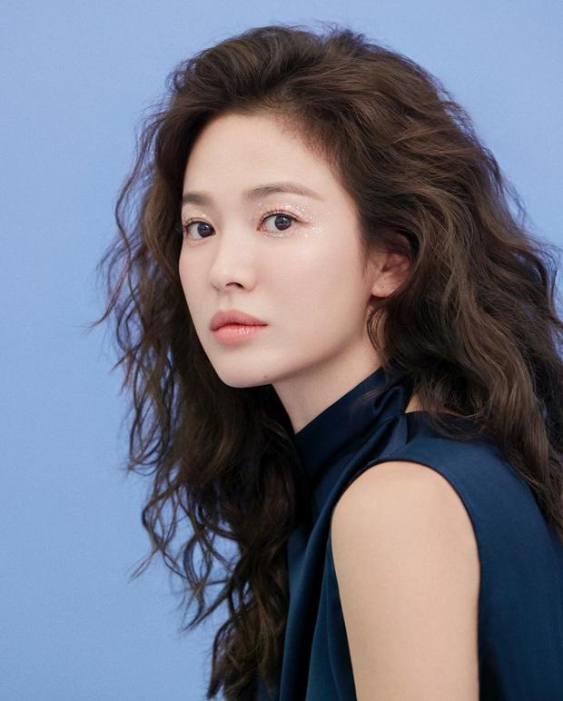 3 kiểu makeup mắt đơn giản nhưng đẹp ná thở của Song Hye Kyo, thử xong bạn sẽ muốn chụp ảnh sống ảo ngay - Ảnh 3.