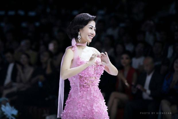 Bộ váy Mai Phương diện trong lần hiếm hoi diễn catwalk được bán đấu giá để hỗ trợ con gái cô - Ảnh 3.