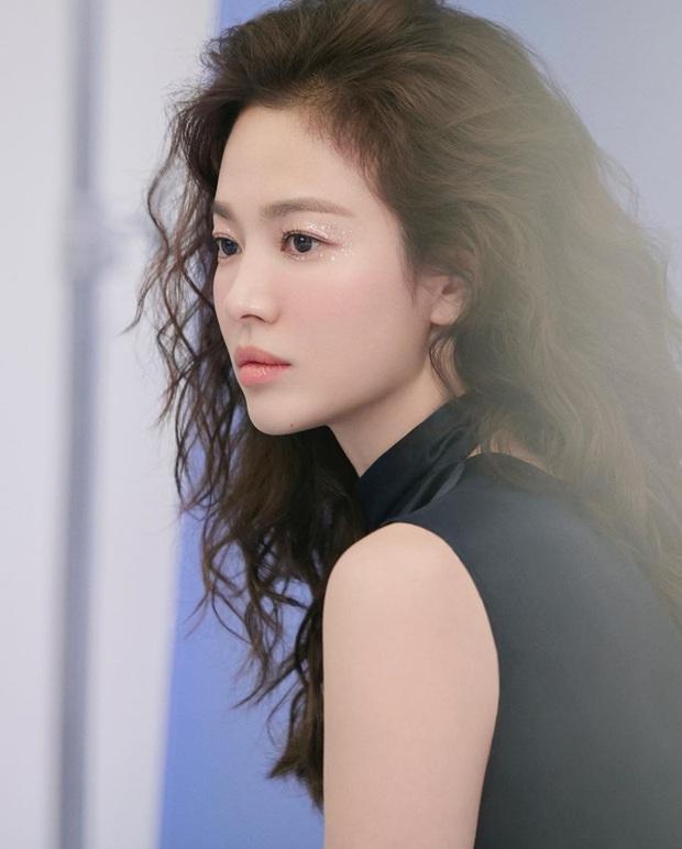 3 kiểu makeup mắt đơn giản nhưng đẹp ná thở của Song Hye Kyo, thử xong bạn sẽ muốn chụp ảnh sống ảo ngay - Ảnh 4.