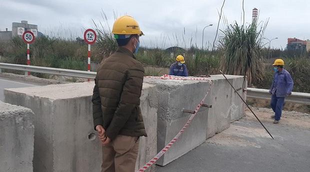 Quảng Ninh đổ đất, cẩu bê tông chặn đường kiểm soát người để phòng dịch COVID-19 - Ảnh 4.