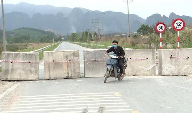 Quảng Ninh đổ đất, cẩu bê tông chặn đường kiểm soát người để phòng dịch COVID-19 - Ảnh 6.