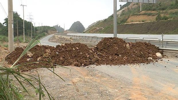 Quảng Ninh đổ đất, cẩu bê tông chặn đường kiểm soát người để phòng dịch COVID-19 - Ảnh 8.