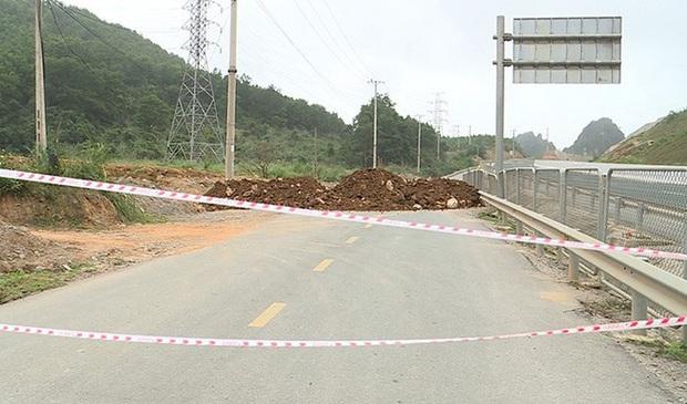 Quảng Ninh đổ đất, cẩu bê tông chặn đường kiểm soát người để phòng dịch COVID-19 - Ảnh 9.