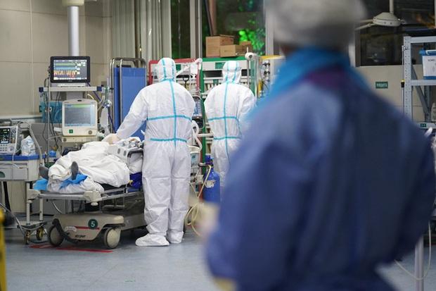 Bác sĩ Anh giải thích chuyện gì xảy ra trong phòng chăm sóc tích cực và nhắc nhở về thứ quyền năng hơn để cứu bệnh nhân Covid-19 - Ảnh 2.