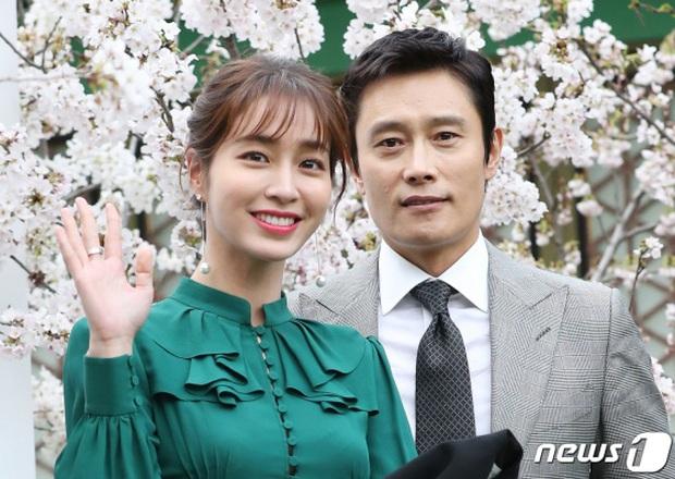 5 năm sau bê bối tình tiền, Lee Byung Hun đưa con trai đến phim trường chứng minh mối quan hệ với mỹ nhân Vườn sao băng - Ảnh 2.