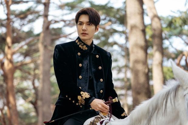 Hậu cung bốn phương đang ngất ngây vì bộ ảnh hậu trường Quân vương Lee Min Ho: Làm ơn, phi ngựa vào trái tim em đi! - Ảnh 2.