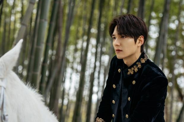 Hậu cung bốn phương đang ngất ngây vì bộ ảnh hậu trường Quân vương Lee Min Ho: Làm ơn, phi ngựa vào trái tim em đi! - Ảnh 5.