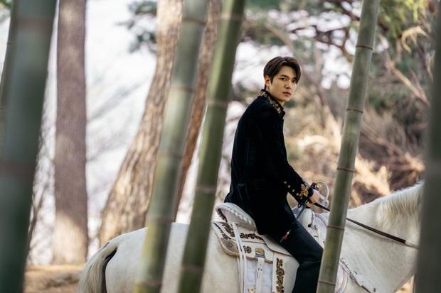 Hậu cung bốn phương đang ngất ngây vì bộ ảnh hậu trường Quân vương Lee Min Ho: Làm ơn, phi ngựa vào trái tim em đi! - Ảnh 4.