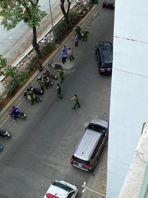 Phong tỏa, khám nghiệm hiện trường nơi Tiến sĩ Bùi Quang Tín rơi lầu tử vong - Ảnh 2.