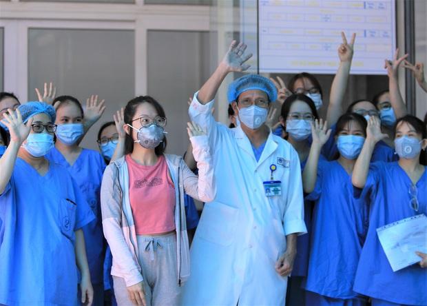 Bệnh nhân mắc Covid-19 cuối cùng ở Đà Nẵng xuất viện: Tôi rất cảm động vì sự chu đáo của các y bác sĩ - Ảnh 3.