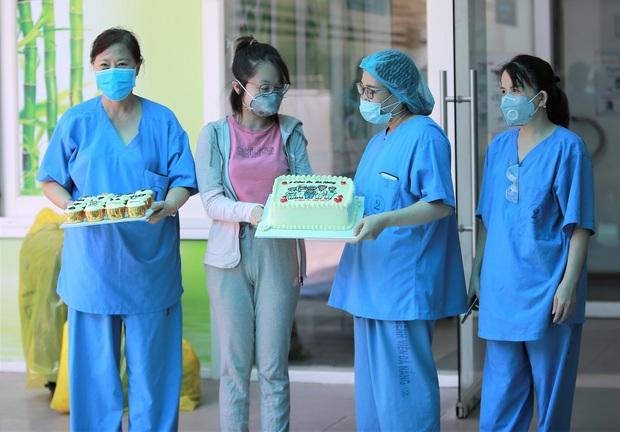 Bệnh nhân mắc Covid-19 cuối cùng ở Đà Nẵng xuất viện: Tôi rất cảm động vì sự chu đáo của các y bác sĩ - Ảnh 1.