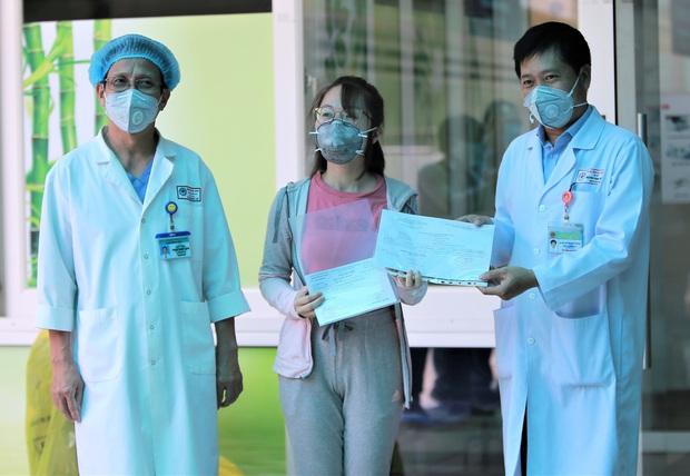 Bệnh nhân mắc Covid-19 cuối cùng ở Đà Nẵng xuất viện: Tôi rất cảm động vì sự chu đáo của các y bác sĩ - Ảnh 2.