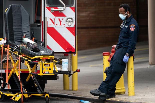 Ổ dịch New York (Mỹ) có số người nhiễm Covid-19 cao hơn mọi quốc gia khác trên thế giới, tiến hành chôn cất tập thể hàng chục nạn nhân - Ảnh 1.